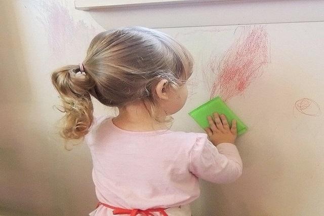 پاک کردن لکه مداد از روی دیوار