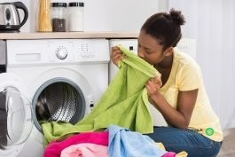 چگونه بوی بد لباس را از بین ببریم؟
