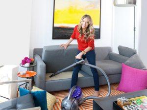نظافت منزل توسط خانم جوان