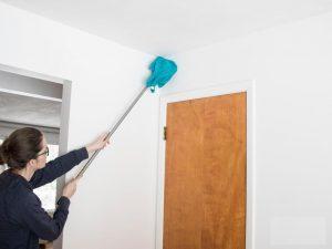 گردوغبار موجود بروی دیوارها بسیار زیاد است خصوصاً آن قسمت دیوار که پشت درب قرار میگیرد اغلب از دید کارگر نظافتچی پنهان میماند.