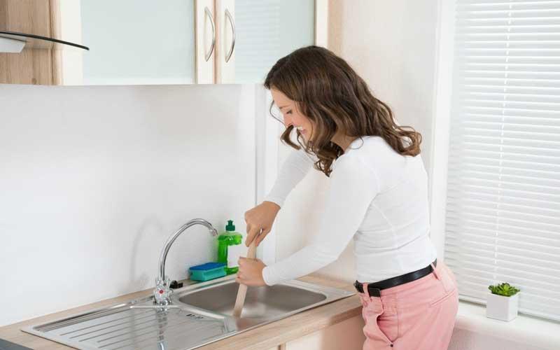 ترفندهای خانگی برای بازکردن لوله فاضلاب آشپزخانه