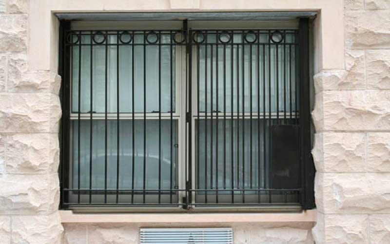 نصب حفاظ پنجره آهنی ساده