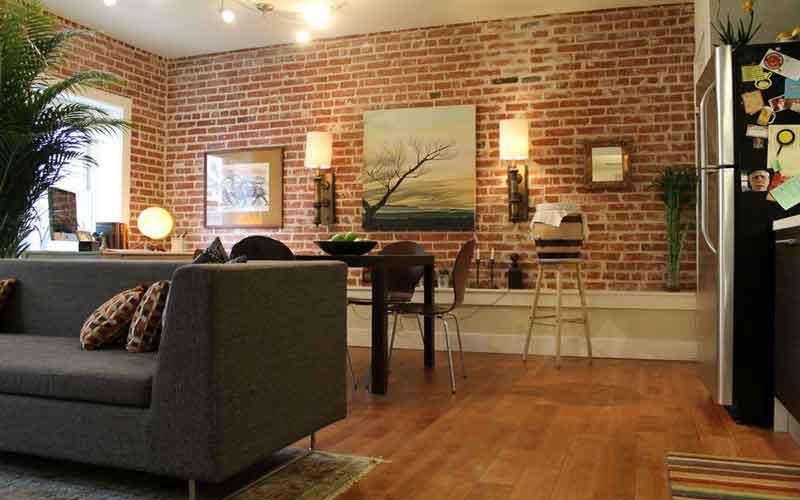 چگونه اتاق را با دیوارهای آجری تزئین کنیم؟