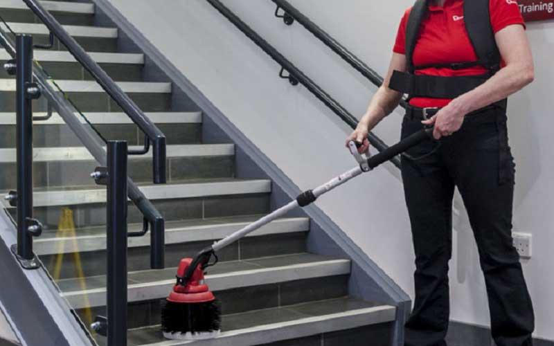 تمیز کردن راه پله های ساختمان